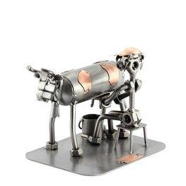 Boer melkt de koe