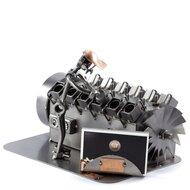 Scheepsmotor monteur beeldje met visitekaarthouder